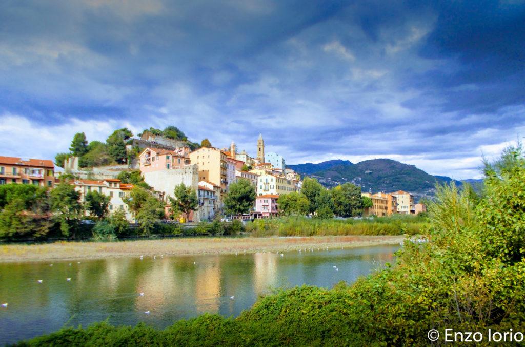 Il borgo medievale di Ventimiglia, visto dalla foce del fiume Roja.